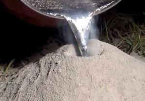 Расплавленное олово заливают
