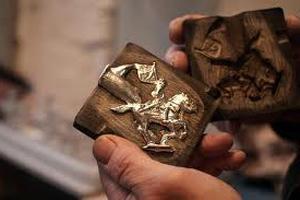 Рассплавленное олово залитое в форму из дерева